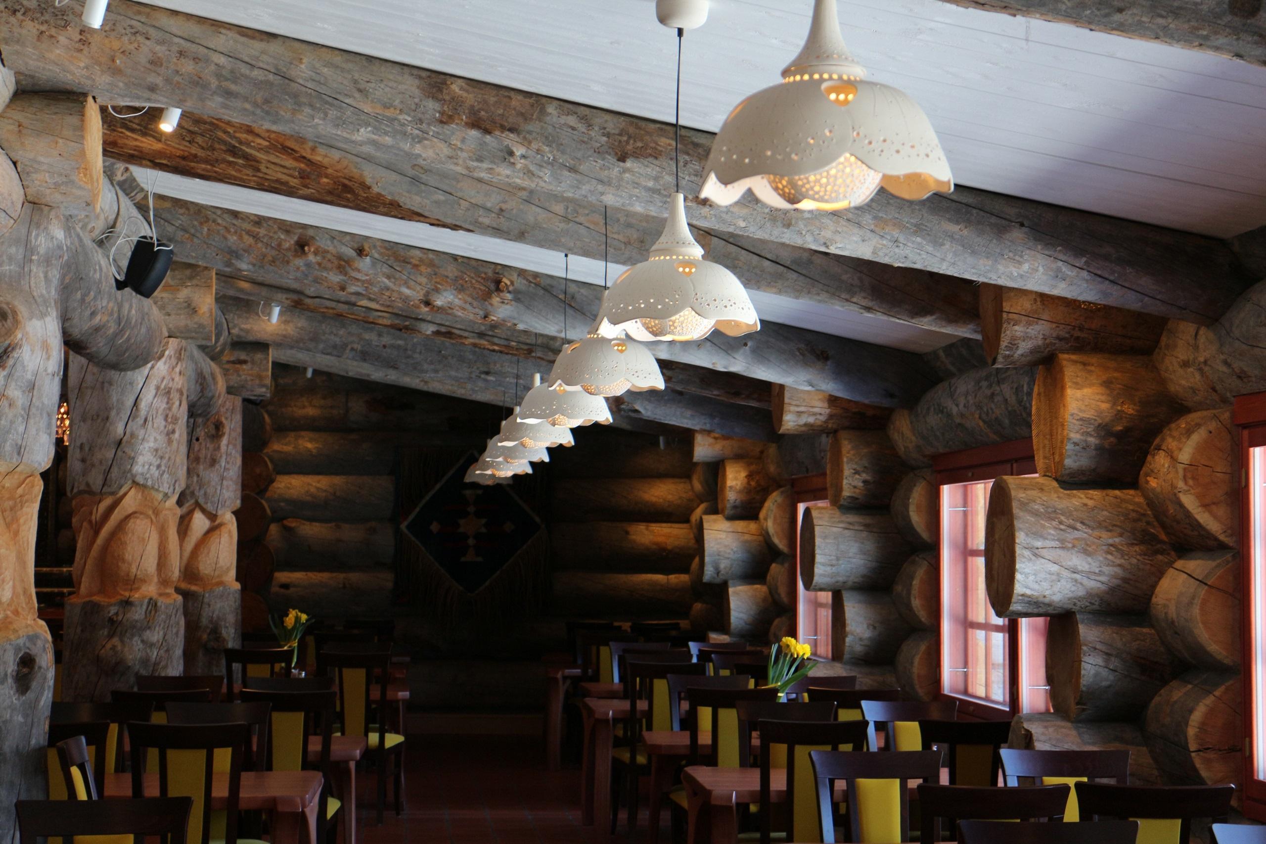 Aurora-ravintolasalin valaisimia